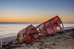 Balise américaine rouge échouée sur la plage du Jars à Ars-en-Ré (Giancarlo - Foto 4U) Tags: c2016 d810 giancarlofoto nikon pointe de chanchardon ile ré réisland 24120