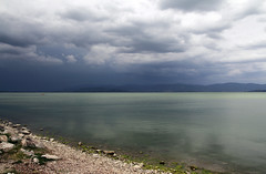 Temporale in arrivo sul Trasimeno - Thunderstorm arriving on Trasimeno Lake (Bluesky71) Tags: castiglionedellago lagotrasimeno lago lake trasimeno umbria acuqa water verde green nuvole clouds belitalia