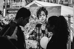 Love is blindness (The Fresh Feeling Project*) Tags: elcarmen valencia refugiados cruzroja adolescentes pareja amor conversación ceguera incomprensión redcross refugees wellcomerefugees weareallmigrants portrait retrato monocromatico blancoynegro blackandwhite bw noiretblanc children teens teeneger street streetphoto streetphotographer streetphotography
