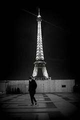 L'ivrogne (Something Sighted) Tags: streetphotography scènederue noiretblanc blackandwhite nuit night eiffeltower latoureiffel fujifilmxt1 trocadéro 75016