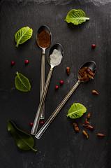 _PHO8694 (Denis_1975) Tags: cucchiaio foglie peperoncinorosso rosso stilllife verde