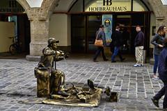 Lebende Statue (Helmut Reichelt) Tags: statue lebend performance streettheatre platzl hofbräuhaus altstadt streetphoto münchen stadt märz frühling oberbayern bavaria deutschland germany leica leicam typ240 captureone10 colorefexpro4 leicasummilux50mmf14asph