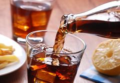 versare bevanda analcolica nel bicchiere di vetro (ondanews) Tags: cola versare bevanda analcolica fredda ghiaccio bibita bere dissetare riempire bicchiere freschezza rinfresco cubettidighiaccio effervescente frizzante fastfood analcolico flusso italy