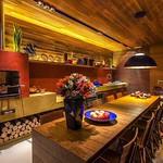 Voilà!!🌸Começando bem, apaixonada por essa cozinha rústica em Minas Gerais. Com uma pegada cheia de estilo. Simples e lindérrima! Muita madeira, luminotécnica valorizando detalhes, com direito a churrasqueira, até um cantinho para leitura. thumbnail