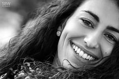 Silvi (SBW-Fotografie) Tags: sbw sbwfoto sbwfotografie canon canon80d canoneos80d sigma sigmaex portrait porträt frau woman face gesicht smile beautifulsmile locken curly lockig availablelight naturallight existinglight eyes browneyes bw sw blackandwhite schwarzweis schwarzweiss monochrom monochrome