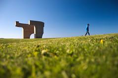 "Serie ""Elogio del Horizonte"" - 1 (bormanp) Tags: asturias gijón monumento horizonte cielo verde azul elogio hierba arquitectura aprendiendo blanco negro"