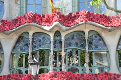 Casa Batlló at the Saint George's Day, The Day of the Rose, The Day of the Book, The Day of Love in Catalonia. (heraldeixample) Tags: arquitectura architecture architekture pensaernïaeth 架构 arkitektur architettura สถาปัตยกรรม arkitettura heraldeixample bcn barcelona catalunya catalonia cataluña catalogne catalogna espanya spain españa rosa rose 粉红色 pink สีชมพู roserar rosaleda roseraie rosarium roseiral llibres books libros bøger livros bücher 图书 liburuak 図書 livres libbra βιβλία love amor amour amore