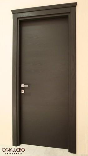 Porta interna Frassino a venatura orizzontale laccata grigio poro aperto, con capitello