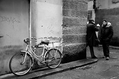 Meeting (Roi.C) Tags: street people bicycle black white blackwhite italy florence nikon nikon5300 urban city nikkor candid talking standing monochrome