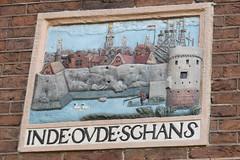 Gevelsteen in de ovde schans (zaqina) Tags: gevelsteen gevelsteenmuur amsterdam st luciënsteeg sint olofskapel oude kerk bloemgracht