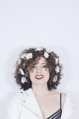 05 (Rafi Moreno) Tags: rafi autorretrato selfportrait retrato portrait rizos curly flores daisies margaritas white fondoblanco canon 40mm hipster retro vintage soft pale