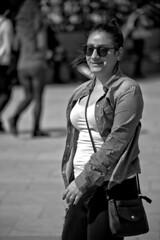 Strangers - Happiness (R.D. Gallardo) Tags: canon eos 6d raw retrato robado portrait bw blanco black bn bilbao negro white woman girl sexy happy happiness felicidad mina street strangers stphotographia smille