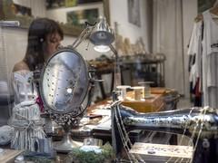l'arte del cucito (eliobuscemi) Tags: sarta macchina da cucire specchio vetrina