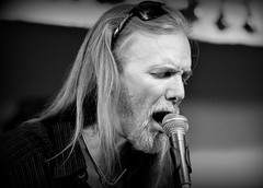 Michael Allman at the Hoosier Bar and Grill (forestforthetress) Tags: michaelallman greggallman allmanbrothers band gig concert face stage omot nikon man bw blackandwhite music musician monochrome hoosierbarandgrill bar hoosierbar berryduaneoakley google