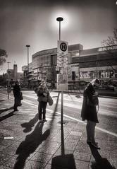 Feierabend. (Oliver_D) Tags: tiefstehendesonne gegenlicht lowsun shadows schatten warm spring frühling sonne sun feierabend evening streetscene busstop haltestelle street strase berlin