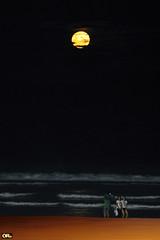 Full moon over beach (Otacílio Rodrigues) Tags: luacheia fullmoon yellowmoon praia beach mar sea ondas waves areia sand água water pessoas people reflexos reflections fotografando photographing família family turistas tourists noite night viagem turismo tourism cabofrio brasil oro travel
