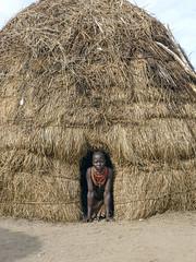 Muchacha de la tribu Karo en la entrada de su casa en el poblado de Karo Kortcho (Sur de Etiopía), 2010.  Girl of the Karo tribe at the entrance of her house in the village of Karo Kortcho (Southern Ethiopia), 2010. (Luis Miguel Suárez del Río) Tags: tribu karo karokortcho etiopía choza