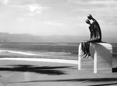 FILM Figures seated by the sea (Rodolfo Frino) Tags: filmphotograph film grey bnw bw blackandwhite statues estatuas sea ocean mar mer holiday holidays vacation vacations gray blancoynegro noir urban mountains boulevard