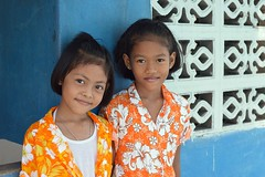 girls in flowery shirts (the foreign photographer - ฝรั่งถ่) Tags: pretty girls flowery shirts khlong thanon portraits bangkhen bangkok thailand nikon d3200