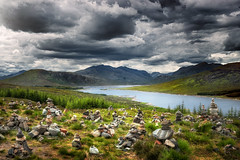 Cairns Overlooking Loch Loyne (Philipp Klinger Photography) Tags: uk greatbritain blue sky cloud mountain storm mountains skye green nature water grass rock stone clouds dark landscape grey scotland nikon rocks europa europe isleofskye cloudy unitedkingdom britain stones heather united horizon hill great kingdom stormy hills gb loch cairns philipp isle slope cairn sco schottland d800 loyne klinger invergarry of lochloyne grosbritannien
