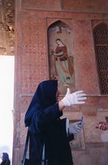 Iran - Ispahan - Palais Ali Qpu - Guide iranienne - visitor's guide (iranian woman ) (Jeanne Menj) Tags: woman iran femme iranian guide ispahan iranienne palaisaliqpu