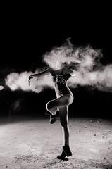 Dance IV (Noe Britez) Tags: light woman girl dance mujer ballerina artificial dust bailarina bailar polvo nikond7000