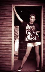 Fer Pin Up (Yas Morais) Tags: door wood girl sepia nikon porta oldfashion rockabilly garota madeira pinup cmera antigo elvispresley