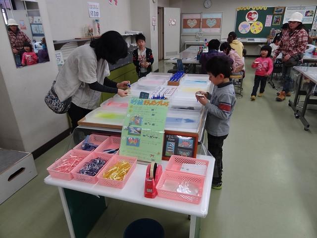 こちらは砂絵を作っているところ。|おかざき世界子ども美術博物館