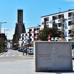 Tour du guet (1) - Op voorgrond: Monument ter ere van Charles De Gaulle en zijn vrouw Yvonne. Zij is geboren in Calais.