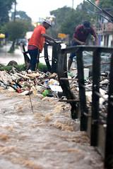 Caos no Arroio Feijó (@GuimmyTesta) Tags: jornalismo jornalism f fotojornalismo photojornalism alvorada arroio feijó arroiofeijó correiodopovo guilhermetesta phototesta chuva storm caos estragos transtornos ponte poa portoalegre porto alegre danos perdas lixo água temporal tempestade