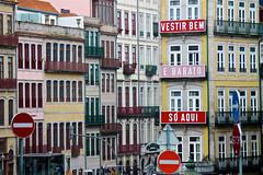 Vestir bem e barato (Rosetta Bonatti (RosLol)) Tags: porto portugal rosettabonatti roslol oporto portogallo case architecture architettura windows finestre segnali stradali colorful text words parole pubblicità