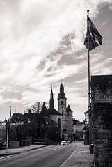 Église Saint-Michel, Luxemburg (LuckMaster) Tags: luxemburg luxembourg lux kerk church eglise black white blackandwhite blackwhite europe europa bw city urban stedelijk capital hoofdstad