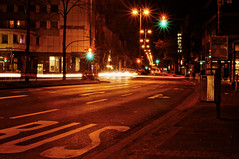 ([gegendasgrau]) Tags: atmo atmosphere ambiance architecture architektur abend mood moody melancholie melancholy night nightshot nightlife nacht nachtleben lights lichter urban urbanlife urbanscenario buildings gebäude häuser house city stadt dortmund nrw ruhrpott ampel trafficlight street lamps lampen colors crossing darkness dunkelheit environment umwelt farben fenster windows feeling flavour infrastruktur infrastructure haltestelle bus trashcan mülleimer joy orange signs zeichen 2017
