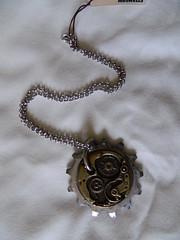 collana con charm grande e ingranaggio in metallo