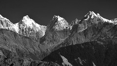 Panchachuli 4,5 and Nagling peak.. (draskd) Tags: munsiyari panchachuli nagling thelkot uttarakhand uttaranchal india nikond7100 nikkor monochrome blackandwhite bw landscape mountains range kumaonrange highcontrast brightsun verticalsun