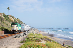 SCAX 860 @ San Clemente, CA (Mathieu Tremblay) Tags: sanclemente california unitedstates scax surfline metrolink railroad railway chemin fer beach plage pier quai f59ph emd rbrx 18520 860 train locomotive sony a99 sal70300g
