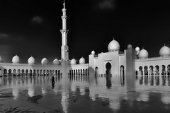Sheikh Zayed Grand Mosque No.2 (T.Seifer) Tags: outdoor reflection travel tourism architecture building beautiful minaret whiteandblack whiteblack weisschwarz blackandwhite blackwhite bw abu dhabi monochrome mosque weitwinkel sheikh zayed uae vae einfarbig