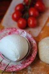 Preparazione dei panzerotti con mozzarella e pomodori 2 (Giovanna-la cuoca eclettica) Tags: latticini workinprogress stilllife food red energy colors pomodori tomato indoor