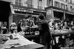 0532 - Rue d'Aligre, Paris, 1975 (ikaune) Tags: nb bw noiretblanc blackandwhite ikaune argentic argentique monochrome paris marché market ruedaligre
