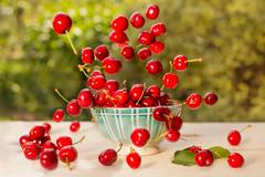 Flying cherries from Céret (Nathalie Le Bris) Tags: cherry cereza cerise verano summer été stilllife bodegón naturemorte mouvement movment movimiento