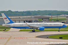 09-0015 (Threshold Aviation Photography) Tags: photography airport andrews force sam general aviation air united special international milwaukee mission states boeing mitchell usaf base intl afb c32 threshold mke 757200 2013 c32a s95 b752 kmke gmia 990015 sam95