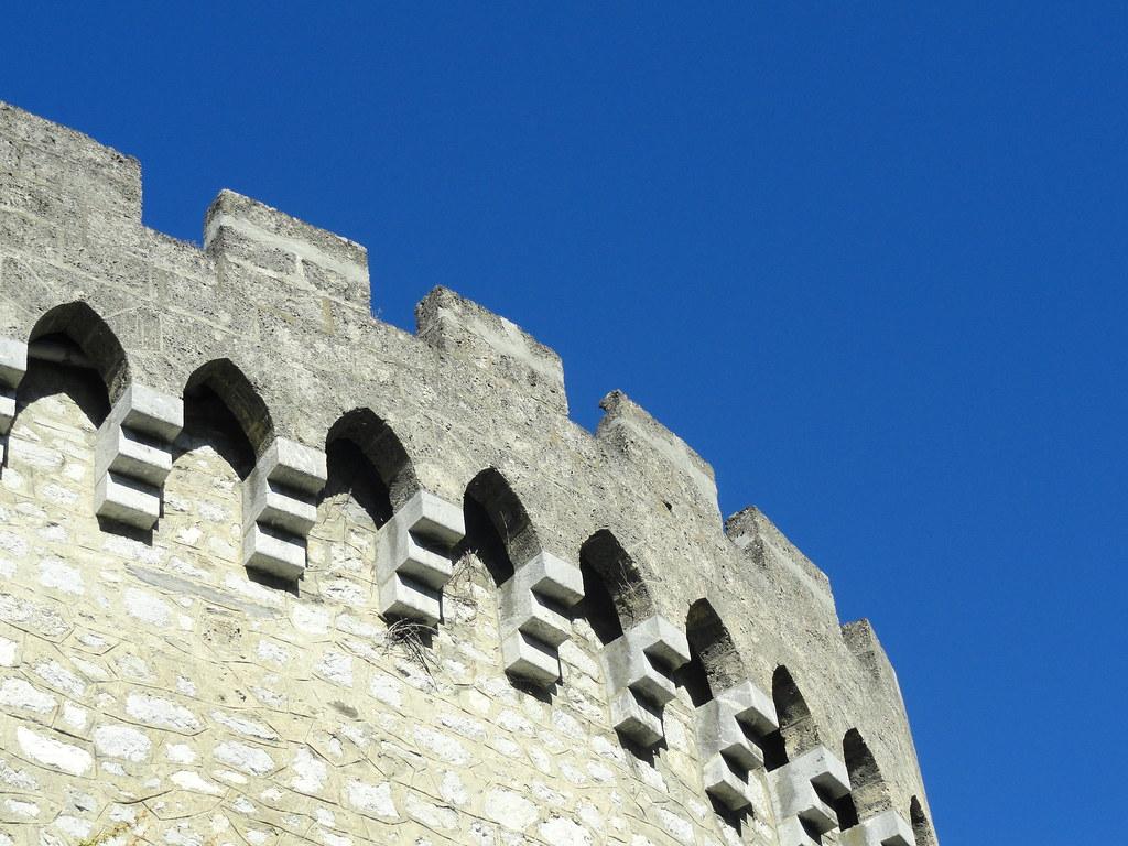 Pierres-fortes de Savoie Remontez le temps, écoutez les coups du bélier contre la herse et le sifflement des boulets. Et admirez le panorama : les stratèges ont  toujours su choisir des sites grandioses.
