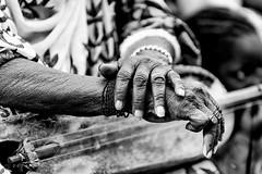 La musicienne (joueuse de moolo) (DeGust) Tags: africa blackandwhite bw niger blackwhite hands nikon noiretblanc performance nb ne corps westafrica mains westafrika noirblanc afrique 手 ner griot 非洲 personnages zarma afriquedelouest أيادي djerma nikkor70200mmf28 أفريقيا d3s النيجر typedimage 尼日尔 gustavedeghilage liboré exifmaterielphoto igoudou jasare