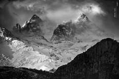 De entre las nubes (Roberto Graña) Tags: asturias cabrales macizocentral picosdeeuropa montañas nieve nubes luz torrecerredo jounegro cabrones mountain snow light fog clouds foggy sunrise amanecer