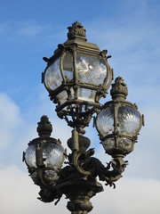 Où suis-je??? Il s'agissait des candélabres du pont Alexandre III (1900) à Paris (Yvette G.) Tags: quelestcelieu lampadaire candélabre verre pont pontalexandreiii paris 1900 expositionuniverselle coquillesaintjacques