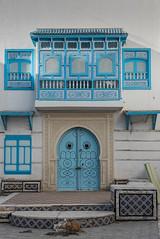Dans la médina (Pascale Jaquet & Olivier Noaillon) Tags: porte bleu architecture maison moucharabieh façade kairouan gouvernoratdekairouan tunisie tn