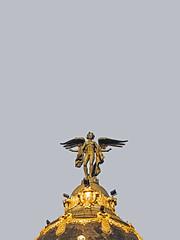 ... (Lanpernas .) Tags: victoria niké escultura esculpture madrid cielo edificiometrópolis granvía alcalá 2017