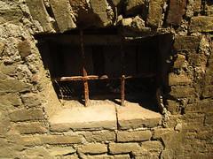 IMG_0899  antiche finestre (pratesip) Tags: mura finestre grate