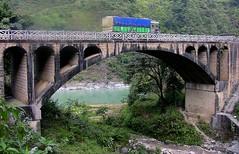 NEPAL, Auf dem Weg nach Pokhara, LKW und Brücke, 16017/8292 (roba66) Tags: bus car camion lkw lastwagen auto brücke bridge fluss river rio reisen travel explore voyages roba66 visit urlaub nepal asien asia südasien pokhara