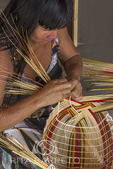Índia fazendo artesanato (Rita Barreto) Tags: índia índiakuikuro etniakuikuro índiafazendoartesanato índiafazendocestaria índiadomatogrosso índiadoxingú matogrosso centrooeste brasil mulher esposa esposadecacique cestaria artesanato buriti